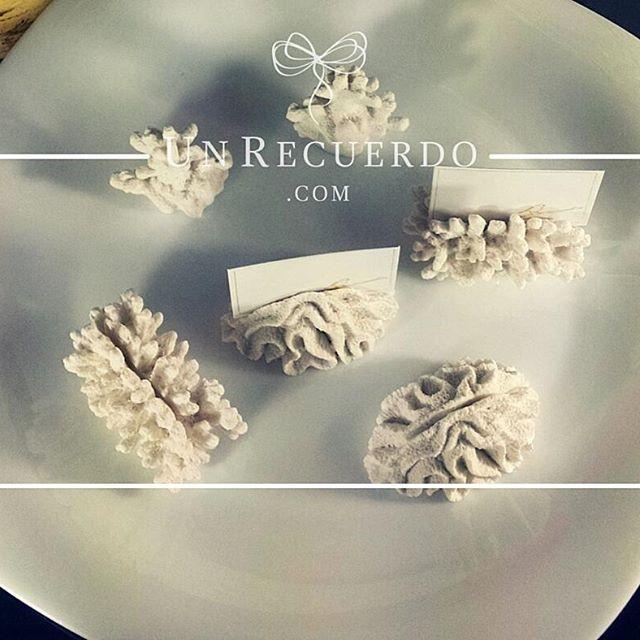 Separadores forma Coral: Hermosos separadores en forma de coral con porta tarjetas.  Porque cada detalle importa, encuentra el recuerdo perfecto para tu boda, baby shower, xvaños o despedida de soltera en UnRecuerdo.com