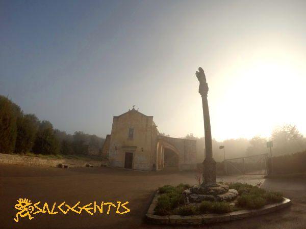 Chiesa della Madonna della Serra di Giuggianello nella nebbia.