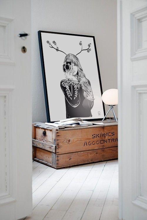 """Para los que quieren afrontar el otoño con un toque de elegancia a la vez que bohemio, os presentamos la lámina """"Good Memories"""" de Rebecka Skogh en formato 50x70 y os proponemos que busquéis un rincón donde simplemente apoyarlo. En tu mueble favorito o utilizando un discreto foco de luz, crearás un rincón muy especial. www.latiendadeldesvan.es Descubre la colección entera de Rebecka Skogh en:"""