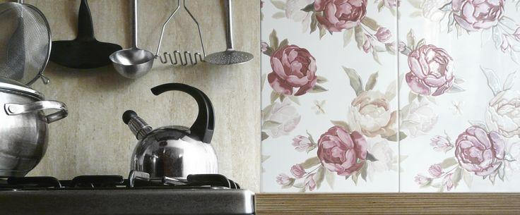 www.kwadratowymetr.pl Floral and steel kitchen.