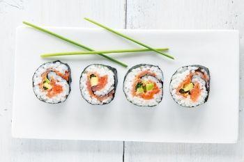 Sushi de somon afumat cu avocado Încearcă acest preparat specific bucătăriei japoneze. Japoneza, Reţete pentru prieteni, Rețete cu pește, Rețete cu oțet de orez, Rețete pentru cină în doi, Pentru familie, Reţete cu sushi, Reţete cu chives, Reţete cu avocado, Reţete rapide, Rețete cu cibulet, Reţete cu orez