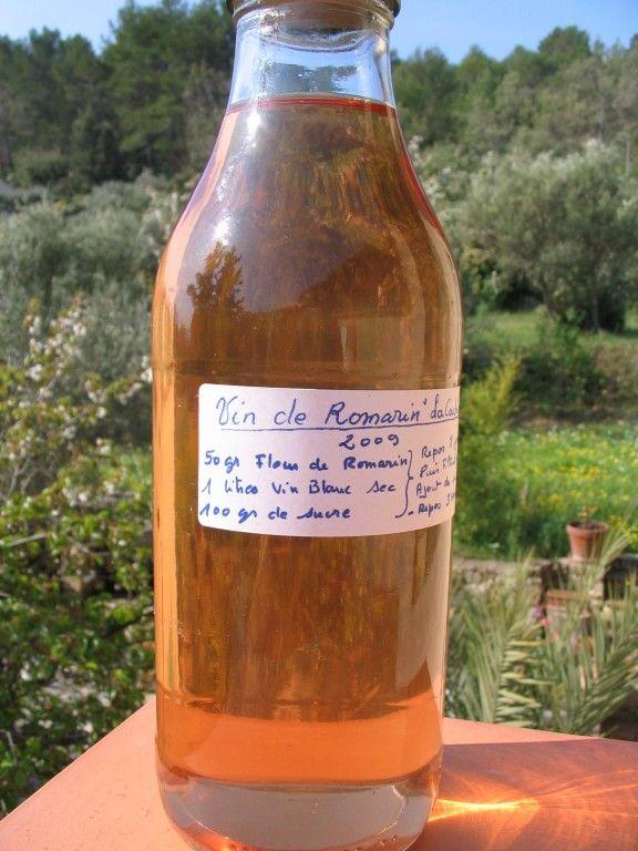 Le Vin au Romarin - Dose pour 1 litre - Important : faire sécher les fleurs deux à trois jours avant de s'en servir - - 1 litre de vin blanc sec - 50 gr de romarin frais (feuilles et fleurs de romarin ) - Remuez de temps en temps pendant 1 semaine au moins - ensuite ajoutez 100 gr de sucre en poudre et bien  faire se dissoudre - - filtrer le soir et laissez reposer 15 jours dans un frais et sombre - Si vous désirez que cela se garde un peu plus , ajoutez y 5 Cl d'alcool à 45°.