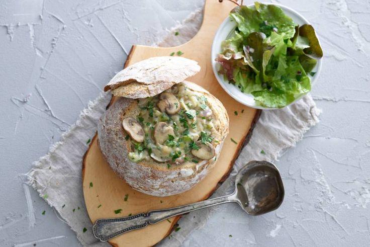 Bourgondisch gerecht met aardse smaken - Recept - Gevuld brood met champignonragout - Allerhande