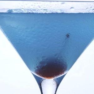 Tragos con blue curaçao-Blue Monday    Ingredientes    2 oz de vodka  ¼ oz de triple sec  ¼ oz de curacao azul  Modo de preparación    Colocar todos los ingredientes en una coctelera con hielo, agitar y servir en una copa de martini.    Muchas opciones para disfrutar de esta bebida llamada blue curaçao.