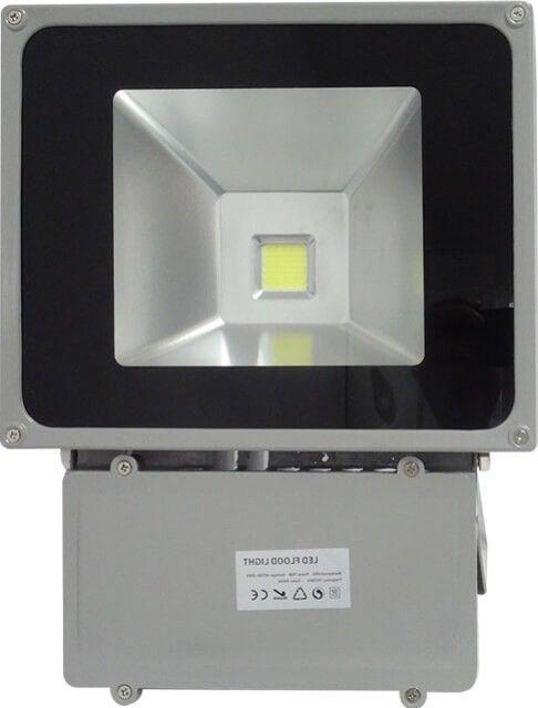 Acest PROIECTOR LED 70W ALB RECE este recomandat in instalatii de iluminat in care este nevoie de o sursa puternica de lumina alb rece, fiind fabricat sa reziste inclusiv in conditii de umezeala si praf crescute.