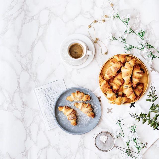 Zrobione samodzielnie najlepiej smakują  W dodatku z czekoladą  No dobrze ciasto francuskie kupiłam. / Homemade #croissants #yummy ☺️ Have a lovely Sunday ☕️ #croissant #sweetmorning #onmytable