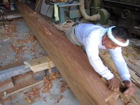 豊橋、豊川大工棟梁の建てる家造り。ケヤキの大黒柱を削る。 - YouTube