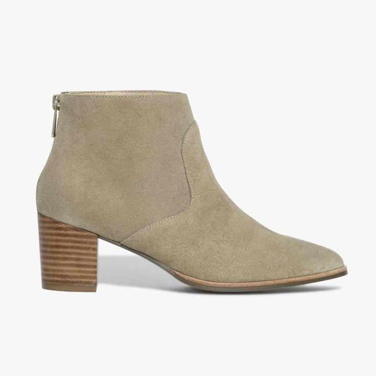 Bottine taupe en cuir velours bout pointu Une paire de bottines très féminine avec son petit talon, sa matière cuir velours et son bout pointu. Cette bottine possède la technologie brevetée Bocage Innovation, ainsi votre chaussure s'adaptera aux largeurs de votre pied et vous garantira un bien-être inédit. A noter, son zip à l'arrière du pied pour faciliter le chaussant. Talon : 6 cm. •#SHOESINMYLIFE On peut l'associer avec une robe fluide blanche pour un look hippie chic. •Prend...