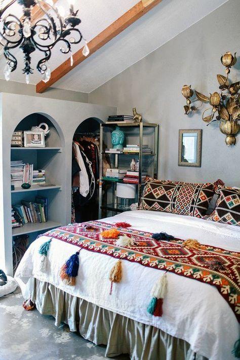deco boheme chic avec un lit oriental et un lustre pampilles