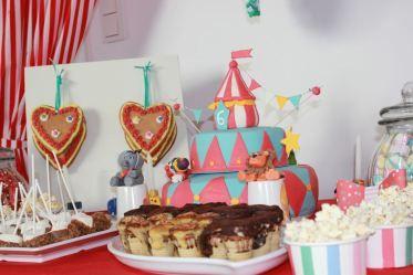 Für eine #Zirkus #Party - schöne bunte Torte, Cupcakes, Lebkuchen Herzen, Popcorn & vieles mehr. Die #Candy #Bar auf dem #Kindergeburtstag ist nun eröffnet! Dekorationen http://www.helavik.de/shop/kinderparty/kinderparty-themen/zirkus-party/