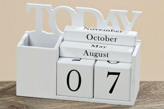Drewniany kalendarz z przybornikiem na ołówki i długopisy. W kolorze białym. Będzie służył na wieki. Kalendarz składa się z dwóch kostek z cyframi i trzech podłużnych klocków z miesiącami w języku angielskim. Praktyczna ozdoba pasująca zarówno do biura, kuchni czy pokoju dziecięce...
