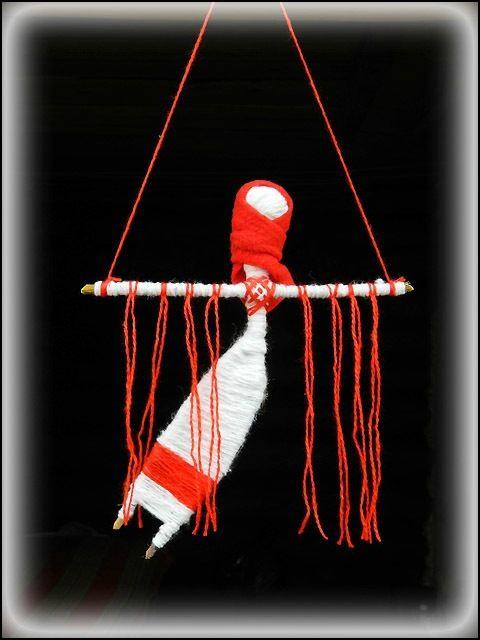Кукла «Лада», она же - «Ловушка для снов». В славянской мифологии Лада считалась праматерью богов, богиней Любви и Красоты. Значение этой куклы сходно со значением оберегов «ловцов снов». Она оберегает наш сон. Красными нитями она улавливает злых духов