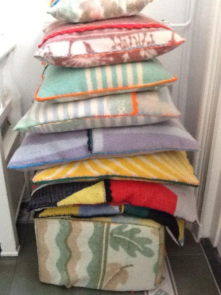 Kussens en een poef van oude wollen dekens.