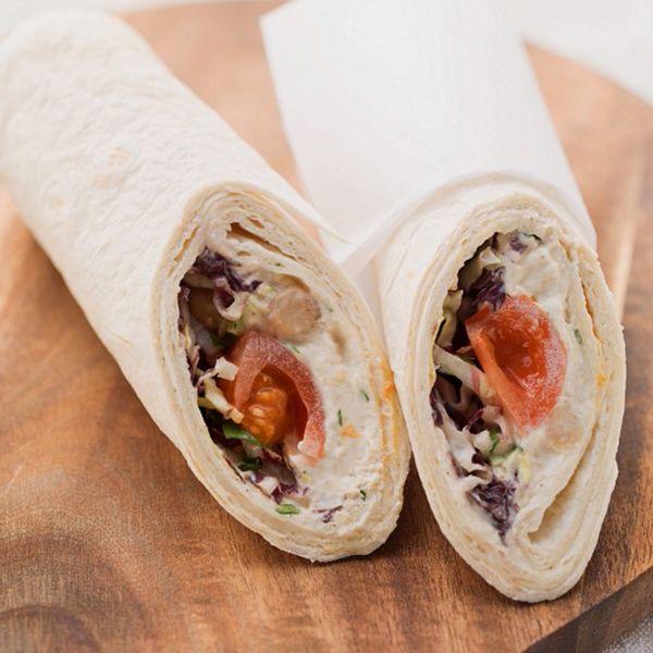 Deja de lado la cucharada con la que te comes el hummus y el pan con pimentón con el que lo acompañas y pásate al cuchillo de untar y el mordisco bien dado. Llegan los rollitos de hummus en un receta rápida y divertida con muchas y ricas posibilidades. Vamos a preparar cuatro rollos con …
