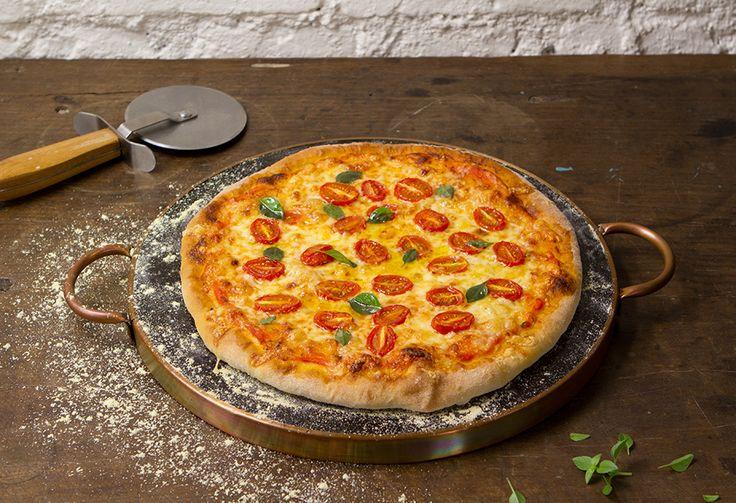 Pizza de muçarela caseira | Receita Panelinha:  Mamma mia! Pizza de muçarela é incrível. Ainda mais essa, com massa e molho de tomate caseiros. Capriche no manjericão e chame a família toda para a mesa.