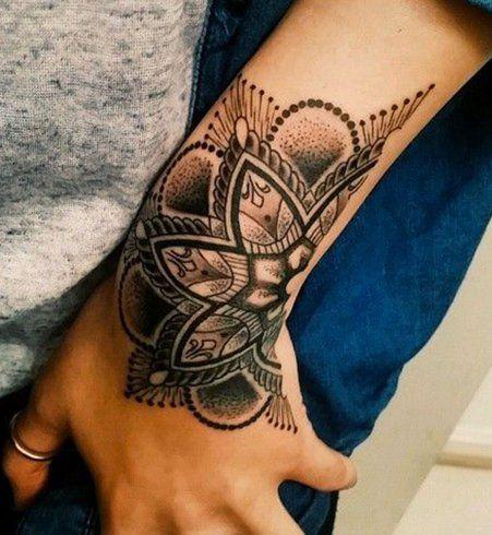 Idées de tatouages pour le poignet : une fleur d'inspiration orientale