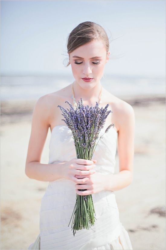 a simple monotone bouquet of wild flowers goes nicely with the beige and blue of sand and sea