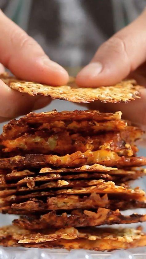 Des carottes et des courgettes rapées et mélangées avec du parmesan, le tout mixé et cuit au four, pour des chips de légumes au parmesan très croustillantes !