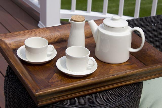 Herbata na tarasie. Kolekcja Teema biała: dzbanek 1 litr, dwie filiżanki ze spodeczkami 0.2 litra, dzbanek na mleko, miód lub inny dodatek do herbaty. http://homefriends.pl/produkty/teema/teema-biala/