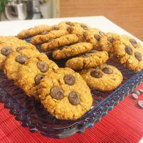 Cookies de pasta de amendoim Ingredientes: 1 Ovo +1 Clara ½ xícara (chá) de Aveia em flocos grossos ½ xícara (chá) de Aveia em flocos 1 xícara (chá) de Farinha de arroz 2 colheres (sopa) de Açúcar demerara 2 colheres (sopa) de Gergelim 2 colheres (sopa) de Mel 2 colheres (sopa) de Pasta de amendoim caseira 3 colheres (sopa) de Óleo de coco (ou manteiga ou manteiga ghee) 75 gramas de gotas de Chocolate 54% cacau (ou de sua preferência) 1 colher (chá) de Fermento em pó