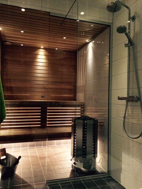 Glaspartier och mysig belysning ökar bastuupplevelsen. Närhet till dusch så golvet inte blir för blött.