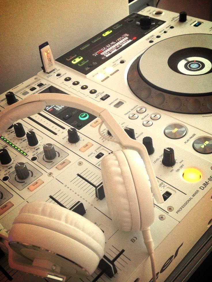 PIONEER 850 with white headphones to match.            hip hop instrumentals updated daily => http://www.beatzbylekz.ca