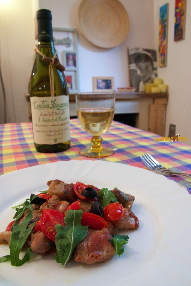 Bocconcini di pollo con pomodori datterini e olive nere
