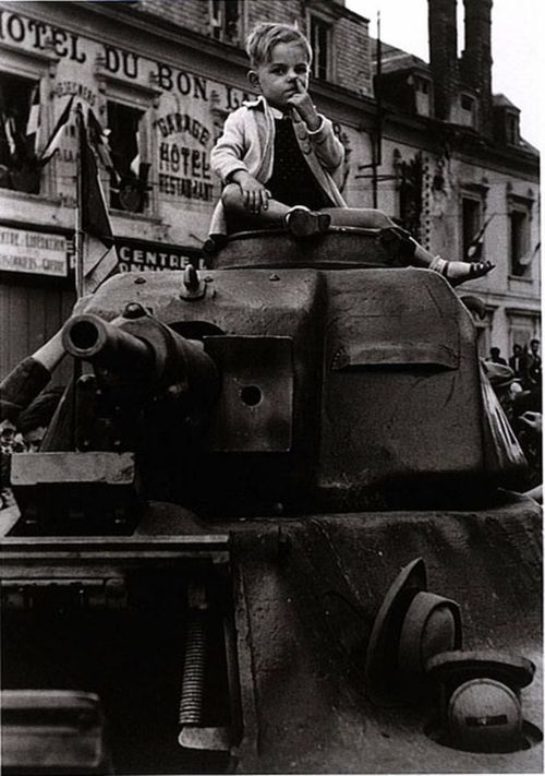 Robert Capa:  Paris, 26 August 1944