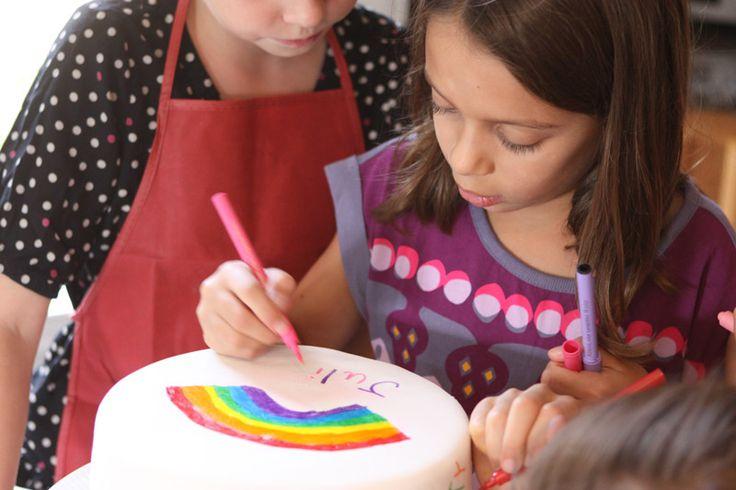 Julia desenhando no bolo