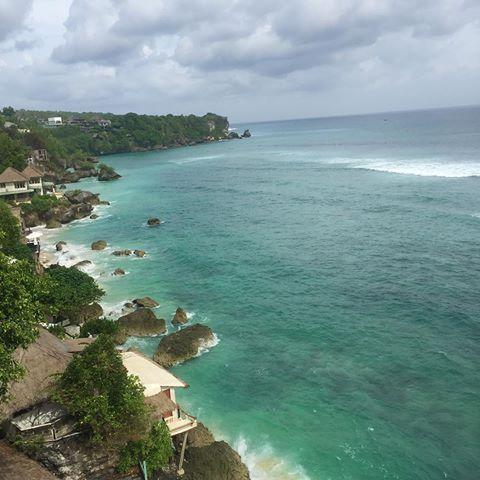 Happy Sunday!!! Uluwatu's beautiful cliffs and crushing waves 💙☀️💚