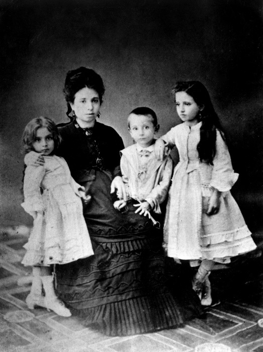 Nulla è più complicato della sincerità.    AA305930_    Luigi Pirandello as a child with his mother, Caterina Ricci Gramitto, and his sisters Lina e Anna MONDADORI PORTFOLIO