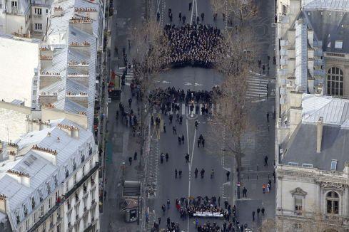 Trauermarsch von Paris: Die Anführer der Welt, die nicht anführen http://www.stern.de/politik/ausland/charlie-hebdo-trauermarsch-die-anfuehrer-der-welt-die-nicht-anfuehren-2165963.html