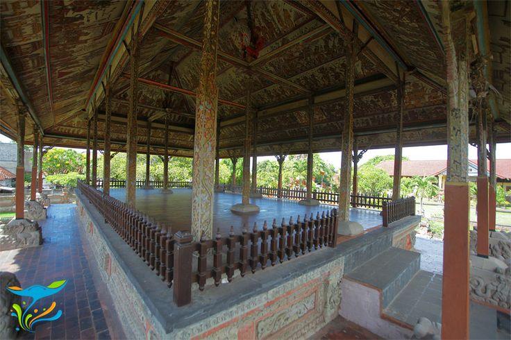 Bagian dalam Paviliun Bale Kambang yang menjadi tempat ritual keagamaan manusa yadnya bagi keluarga Kerajaan Klungkung.