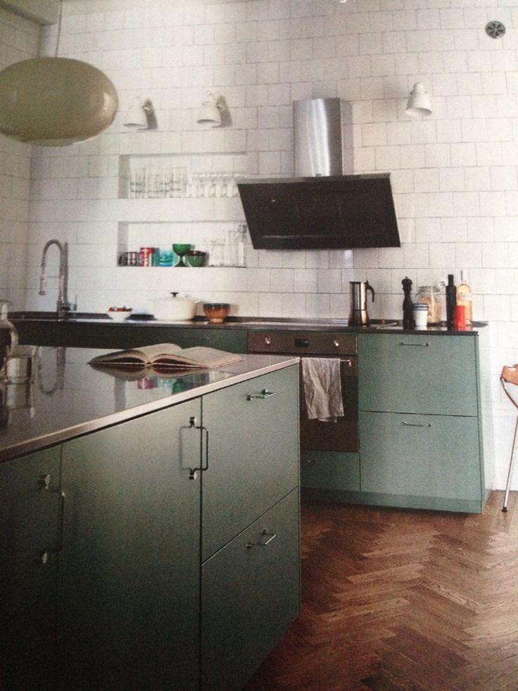 Grönt skönt kök med vitt kakel