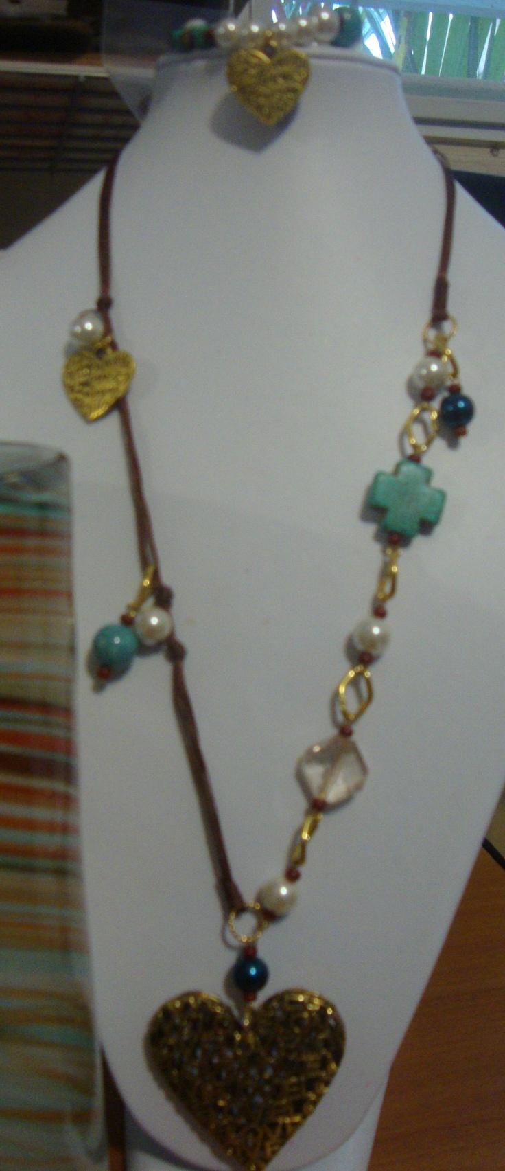 Collar largo, corazón en plateado o dorado, variedad de colgantes y colores