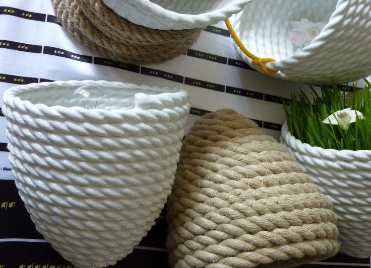 Provazová mísa No.1 - 15% PROVAZ DESIGN je nová kolekce, která se bude postupně rozrůstat o další designové kousky. Mísa je dvojčetem porcelánové mísy. Může ležet na boku nebo ve stočeném provaze. Dodává se také jako světlo a závěsný obal na rostliny.
