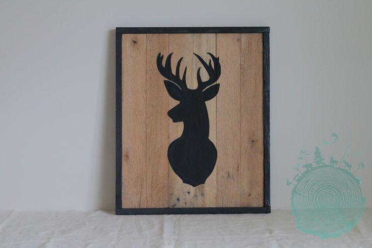 Deer picture drawing reclaimed planked wood frame, wall decoration. | Cadre chevreuil en bois recyclé avec motif à la peinture à la craie noire.