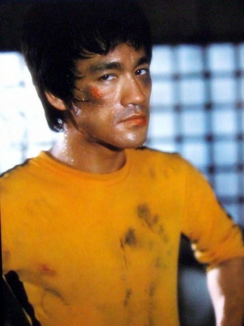 Bruce Lee (1940-1973) foi  considerado por críticos, pela mídia e  outros artistas um dos lutadores  de artes marciais mais influentes d...