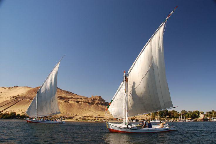 Um cruzeiro pelo rio Nilo também é uma opção encantadora. Os navios oferecem estrutura e conforto durante o trajeto por cidades como Aswan e Luxor. Em ambas estão diversos sítios arqueológicos, com monumentais construções que resistem ao tempo.