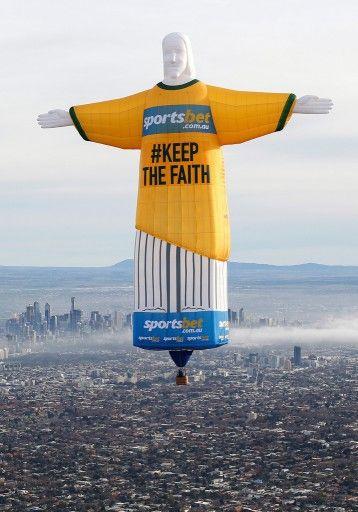 豪メルボルン(Melbourne)上空に出現した、サッカーW杯ブラジル大会(2014 World Cup)のオーストラリア代表ユニフォーム姿の「コルコバードのキリスト像(Christ the Redeemer)」を模した気球(2014年6月10日撮影、提供写真)。(c)AFP=時...