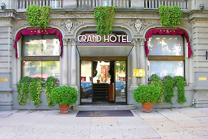 Grand Hotel Verona - Verona ... Garda Lake, Lago di Garda, Gardasee, Lake Garda, Lac de Garde, Gardameer, Gardasøen, Jezioro Garda, Gardské Jezero, אגם גארדה, Озеро Гарда ... Grand Hotel Verona is located midway between Veronas Roman arena and the towns train station, making this prestigious hotel not only elegant and stylish but also convenient. At a 5-minute walk from Veronas historic centre, the Grand Hotel is close to wherever you
