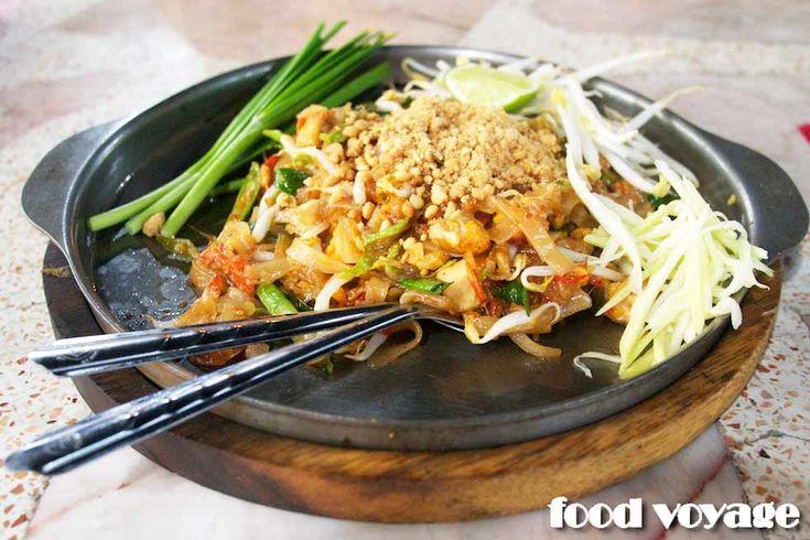 Лапша Пад Тай — одно из самых популярных тайских блюд, наряду Сом Там — салатом из зеленой папайи и любимыми всеми супами Том Ям и Том Кха Кай. Пад Тай вы найдете в меню любого ресторана тайской…