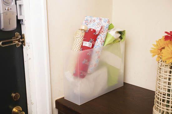 折りたたみ傘や使用頻度が少ないレインコートを玄関に一括収納。傘立てに立てにくい折りたたみ傘がすっきり片付くうえ、水に強い素材なので濡れたまま入れても大丈夫です。