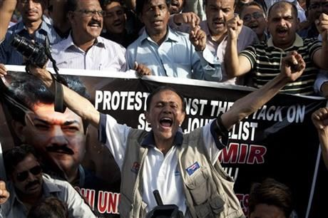 Pakistani journalists protest for their colleague Hamid Mir, who was shot and injured by gunmen in Karachi on Saturday, Monday, April 21, 2014 in Karachi, Pakistan. (AP Photo/Shakil Adil) ▼23Apr2014AP|Pakistan's army wants TV news channel shut down http://bigstory.ap.org/article/pakistans-army-seeks-closure-tv-channel