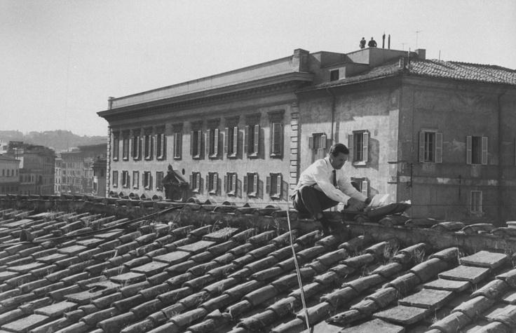 No topo de uma das colunatas da praça São Pedro, um repórter do grupo Time-Life e sua máquina de escrever portátil estão à espera do anúncio oficial do sucessor do Papa Pio XII, morto em 1958: Das Colunata