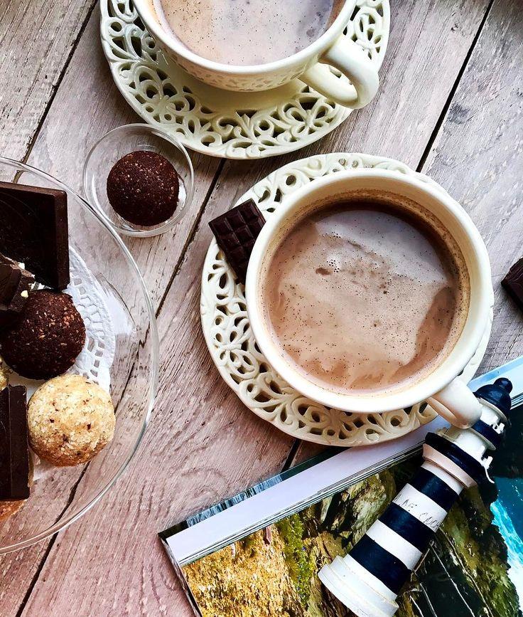 Самое время забубенить чего-нибудь шоколадного   Для #raw #vegan шоколадного напитка понадобится: 1 чашка Кокосового молока (лучше сделать самим) 1 1/2 ч.л. Какао-порошка raw  3-4 финика/ 1 ч.л. кокосового нектара raw  1/2 ч.л. Органического порошка ванили   Почему я советую делать самим кокосовое или любое другое ореховое молоко?  Если вы хоть раз делали такое молоко то знаетесь что более трёх дней оно не может храниться в холодильнике. Исходя из этих данных легко можно понять что такое…