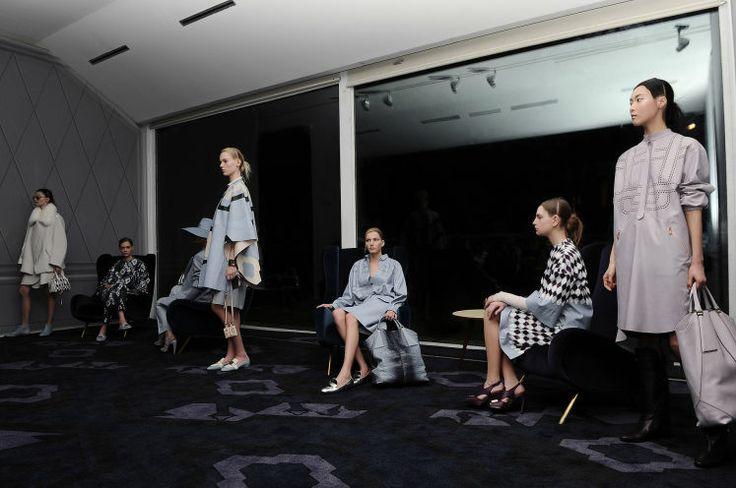 Romantische Eleganz: Die Trends der Modewochen - Paris, New York, Mailand, London – die wichtigsten Modeschauen sind gelaufen. Ein Blick zurück ist ein Blick nach vorne auf die nächsten Herbst- und Wintertrends. Im Bild: Das Luxus-Schuhlabel Tod's macht jetzt auch auf Kleider. Mehr dazu hier: http://www.nachrichten.at/nachrichten/society/Romantische-Eleganz-Die-Trends-der-Modewochen;art411,1329658 (Bild: Tod's)