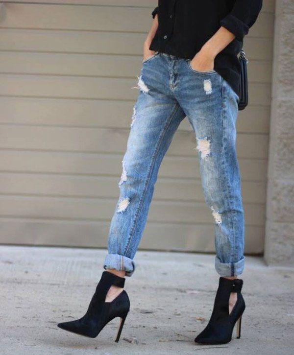 Calça jeans rasgada + ankle boot de salto alto.