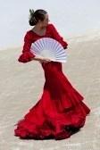 Bailarín de flamenco español tradicional mujer bailando en un vestido rojo con un ventilador blanco stock photography