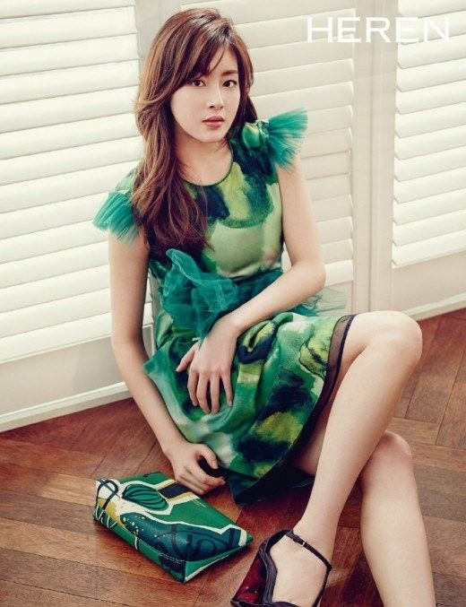 Kang So Ra looks stylish for spring in Burberry